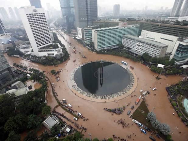 Bundaran HI Jakarta turut terkena banjir, Kamis 17 Januari 2013. (inet)