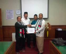 Komite Nasional untuk Rakyat Palestina (KNRP) Kabupaten Simeulue, Provinsi Aceh menyerahkan bantuan dana sebesar 16 juta Rupiah kepada Pengurus KNRP Provinsi Aceh, 14 Januari 2013. (Safrianto)