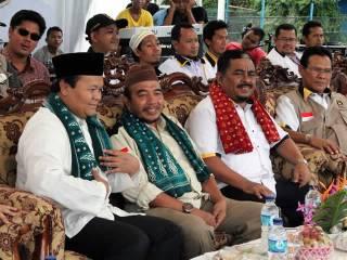 Presiden PKS Luthfi Hasan Ishaaq (kedua dari kanan) dan Ketua F-PKS DPR RI Hidayat Nur Wahid (paling kiri) didampingi Ketua Wilayah Dakwah Sumatera Chairul Anwar (tengah) serta Anggota Komisi I DPR RI F-PKS Muhammad Idris Lutfi (paling kanan) di panggung tabligh akbar di alun-alun Taman Merdeka, Pangkalpinang, Babel. (ist)