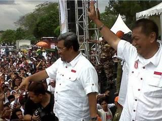 Pasangan calon gubernur nomor 4 Aher-Deddy Mizwar, berkampanye terbuka di hadapan ribuan pendukungnya di Lapangan Dadaha, Tasikmalaya, Ahad  siang (17/2/2013). (KOMPAS.com/IRWAN NUGRAHA)