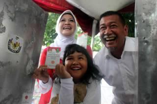 Calon Wakil Gubernur Jawa Barat, Deddy Mizwar bersama istri usai melakukan pemilih pada TPS 64 di Jatiwaringin, Bekasi, Jawa Barat, Minggu (24/2/2013). Pada Pilkada Jawa Barat dirinya menjadi pasangan dari calon incumbent, Ahmad Heryawan yang diusung oleh Partai Keadilan Sejahtera. (vivanews.com)