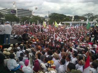 Massa pendukung pasangan Aher-Deddy Mizwar putihkan Gasibu Bandung, 20 Februari 2013. (Twitter.com / AHER_DEMIZ)