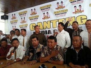 "dakwatuna.com - Medan. Hingga pukul 14.30 wib, pasangan nomor 5 di Pemilihan Gubernur Sumatera Utara, yaitu H.Gatot Pujo Nugroho, ST dan Tengku Erry unggul dalam hitung cepat (quick count) Indobarometer. Kemenangan dengan rata-rata raihan suara di atas 32% mengalahkan keempat pasangan lainnya. Sementara itu, hasil hitung cepat Lingkaran Survey Indonesia (LSI) hingga 65% data dari TPS yang berjumlah 26.443 di 33 Kota/Kabupaten menunjukkan angka pasangan Gatot-Tengku Erry juga mencapai lebih dari 32% dan masih di atas kandidat lainnya. Jika trend ini bertahan, maka pasangan Gatot-Erry akan menang satu putaran. Menanggapi hitungan sementara yang memenangkan pasangan nomor 5, Ketua Tim Sukses Pemenangan Gatot-Erry Bapak Ikrimah Hamidy menyatakan rasa syukurnya. Ikrima yang hadir menyaksikan quick count tersebut di media center Gatot Pujo Nugroho-Tengku Erry kawasan Juanda, Medan, Sumut, menyatakan kemenangan Gatot-Erry tak lepas dari kerja keras seluruh elemen pemenangan. Dalam keharuan yang menyelimuti Anggota dan Relawan, Ikrimah menyebutkan bila trend ini terjaga dan kemenangan diraih, ia berharap Gatot Pujo Nugroho dan Tengku Erry dapat menjaga amanah warga Sumatera Utara. ""Harapan besar agar pembangunan di Sumut makin maju dan menyejahterakan adalah amanah yang mesti diemban Gatot dan Erry selama lima tahun ke depan,"" ujarnya. Ia meminta agar kader PKS dan kader partai pendukung tetap bersiaga di tempat masing-masing karena penghitungan resmi tetap akan berdasarkan penghitungan yang dilakukan oleh Komisi Pemilihan Umum (KPU). ""Metode ilmiah berbagai lembaga ini tidak mungkin dapat membohongi rakyat, tapi kita tetap bantu KPU untuk menyelesaikan tugas penghitungan hingga penetapan pemenang nanti, jadi kader harus tetap mengawal suara rakyat Sumut,"" pinta Ikrimah, yang juga adalah Anggota DPRD Sumut ini. (ist)"