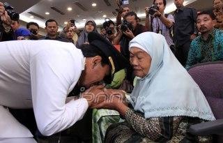 Gatot Pujo Nugroho sungkem kepada ibu mertua usai pelantikan dirinya sebagai Gubernur Sumut, di gedung DPRD Sumut jalan Imam Bonjol Medan, Kamis (14/3). Sebelumnya Gatot Pujo Nugroho menjabat sebagai Wakil Gubernur Sumut. (TRIADI WIBOWO/SUMUT POS)
