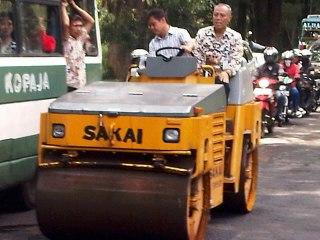 Walikota Depok Nur Mahmudi Isma`il terjun langsung ikut serta melakukan pengaspalan jalan, dan mengemudikan alat untuk menempelkan bahan hotmik tersebut, Kamis (14/3/13). (depoknews)