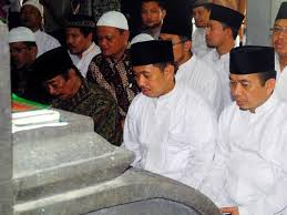 Presiden PKS saat ziarah ke makam Walisongo