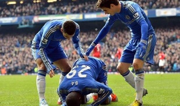 Selebrasi sujud striker muslim Chelsea, Demba ba. (dailymail.co.uk / ROL)