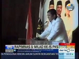 Fahri Hamzah, aktivis mahasiswa saat Reformasi Mei 1998 yang sekarang menjadi anggota DPR-RI membacakan Piagam Deklarasi pendirian Partai Keadilan sebagai lintas sejarah PKS, dalam rangkaian penutupan Rapimnas dan Milad PKS yang ke-15 di PRPP Semarang, Jum'at (19/4/2013). (Courtesy: MetroTVNews.com)