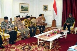 Presiden Susilo Bambang Yudhoyono menerima jajaran pengurus Majelis Ulama Indonesia (MUI) di Istana Merdeka, Jakarta, Rabu (3/4). (Republika/Aditya Pradana Putra)