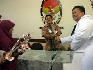 PKS Surabaya dengan menyerahkan Daftar Caleg Sementara (DCS) ke Komisi Pemilihan Umum (KPU) Surabaya, pada Rabu (10/4/2013). (ist)