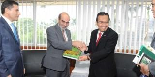 Menteri Pertanian Suswono berjabat tangan dengan Dirjen FAO Jose Graziano da Silva saat keduanya bertemu di Kementerian Pertanian, Jakarta, Senin (27/5).