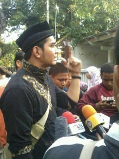 Kholidi Assadil Alam pemeran Azzam dalam film Ketika Cinta Bertasbih (KCB) turut aksi damai untuk Mesir di Kedutaan Besar Mesir, Jalan Teuku Umar, Jakarta Pusat, Senin (19/8/2013). (Annida-Online / Facebook)