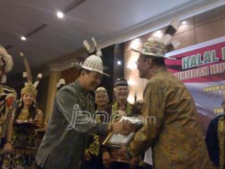 Menteri BUMN Dahlan Iskan menerima penghargaan dari masyarakat Dayak Rabu (21/8). FOTO: ist JPNN
