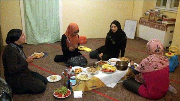 Ifthar pertama Ramadhan 1434 H, di ruangan sisters, Krakow. (Bidadari Azzam)