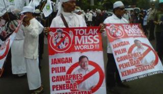 Usai menyampaikan aspirasinya di Bundaran Hotel Indonesia, Jakarta Pusat, massa Forum Umat Islam (FUI) bergerak menuju Gedung MNC, di Kebon Sirih, Selasa 3 September 2013.