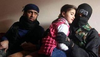 Ummu Jaafar bersama suami dan putrinya. Fotonya digunakan dalam artikel al-Arabiya. (Reuters/Muzaffar Salman/viva)