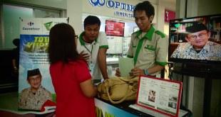 Dua penjaga konter THK Dompet Dhuafa di Carrefour Lebak Bulus, Jakarta, tengah melayani pekurban (foto: DD)