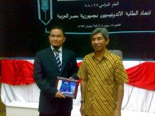 Nurman Abdulbakri, Lc. bersama Dubes RI Untuk Mesir Saat Menerima Penghargaan. (Irhamni Rofi'un)