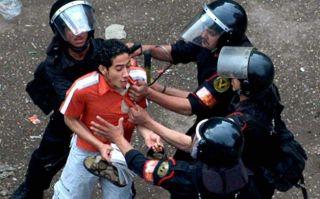 "Salah seorang demonstran damai ditahan ""milisi"" militer kudeta Ahad (6/10) kemarin (fj-p)"