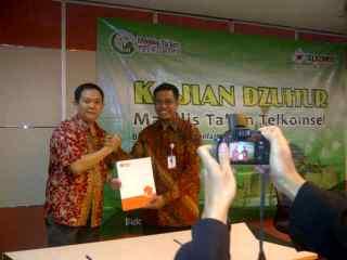 Ketua MT Telkomsel, Chairuddin selesai penandatanganan Mou dengan RZ Kamis, 21/11/13 (Foto: RZ)