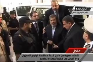 Presiden Mursi ketika sampai di tempat persidangan (islammemo)