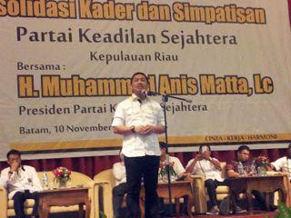 Presiden PKS, Anis Matta ketika berorasi pada acara konsolidasi kader di Batam, Ahad, 10/11/13 (Foto: pksnongsa.org)
