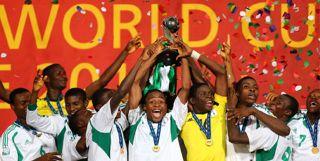 The Young Eagles Nigeria ketika mengangkat trofi Piala Dunia U-17.  (Foto:AFP)