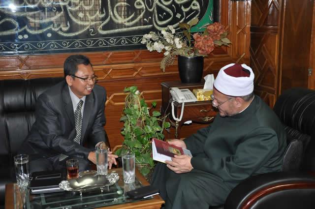 Hadiah Buku untuk Mufti Mesir