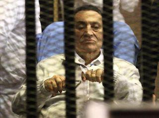 Mantan presiden Mesir, Husni Mubarak, menjalani sidang pengadilan di Kairo, Mesir, April lalu.