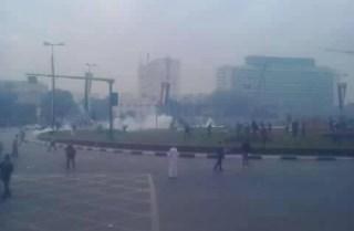 Mahasiswa berhamburan karena dibubarkan polisi dengan gas air mata dan tembakan (rassd)