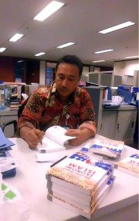 Bapak Cecep Maskanul Hakim di ruang kantornya. (Irhamni Rofiun)