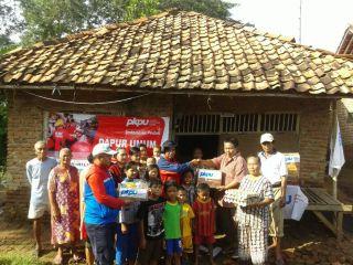 Tim DRM PKPU saat memberikan bantuan di dusun Kamurang desa Cilamaya, Kec. Blanakan, Kab. Subang. Sabtu, 25/1 (foto: DRM PKPU)