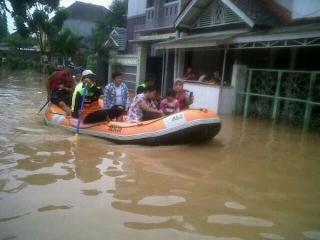 Evakuasi Warga di Perumahan Graha Satria Jati Asih, Bekasi (Foto: ACT)