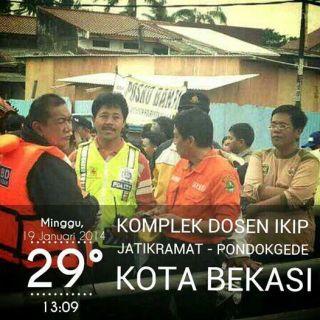 Deddy Mizwar saat mengunjungi korban banjir di Kompl. Dosen IKIP Jatikramat, Bekasi. Rabu, 29/1 (Foto: andan)