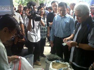 Menteri Koordinator Bidang Perekonomian Hatta Rajasa saat sidak kepasar induk cipinang, Rabu, 22/1 (foto: detik.com)