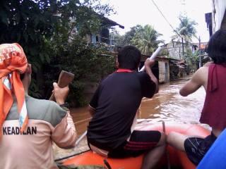 Dengan menggunakan perahu karet dari BNPB, tim kepanduan PKS dan warga mendistibusikan makanan bagi para pengungsi