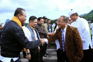 Presiden PKS Anis Matta dan rombongan saat tiba di Bandara Udara H Hasan Aroeboesman Ende, Sabtu (15/2) - Foto: pkspiyungan
