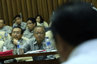Menteri Pertanian RI Suswono dan Wamentan Rusman Heriawan menyimak pertanyaan anggota Komisi IV DPR saat Raker di Gedung DPR, Senin (17/2). Foto: IST/Tajuk.co