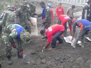 Tim  Indonesia Peduli PKPU Malang melakukan aksi kerja bakti bersama dengan TNI AD di desa Selorojo, Kecamatan  Ngantang. hari Kamis (20/02) - Foto: PKPU