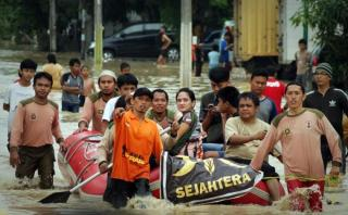 Relawan PKS mengevakuasi warga koraban banjir - Foto: tribunnews.com