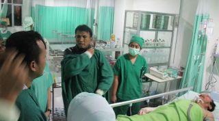 Gubernur Sumatera Utara H Gatot Pujo Nugroho saat mengunjungi korban sinabung, Ahad (2/2) - Foto: detik.com