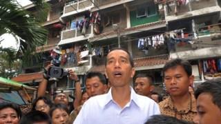 Gubernur DKI Jakarta, Joko Widodo saat blusukan ke sebuah rumah susun. (Foto: terasjakarta.com)
