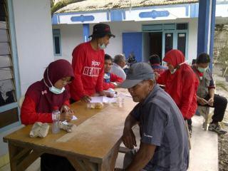 Tim Kesehatan PKPU memberikan layanan kesehatan kepada warga korban erupsi Gunung Kelud, Selasa (18/2) - Foto: PKPU