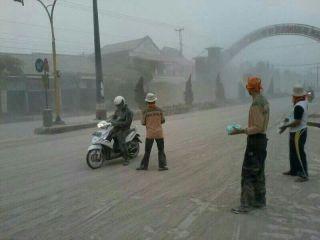 Kader PKS Jawa Tengah membagikan Ribuan masker Gratis kepada pengguna jalan, Jumat (14/2) - Foto: humas
