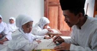 Seorang guru sedang mengajar mengaji di Rumah Tahfizh Quran (ilustrasi) - Foto: Republika.co.id
