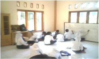 Masjid dijadikan ruang belajar darurat SMP Arroyan - Foto: MPI