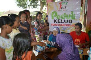 Komunitas One Day One Juz (ODOJ) memberikan bantuan bagi korban erupsi gunung kelud - Foto: depoknews.com