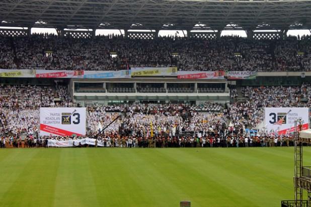 Partai Keadilan Sejahtera (PKS) melakukan kampanye terbuka di Stadion Utama Gelora Bung Karno (GBK), Ahad (16/1/2014). Kampanye partai Islam terbesar di Indonesia ini terbilang spektakuler, karena langsung menggetarkan Jakarta dengan ratusan ribu massa yang memenuhi GBK hingga tidak dapat ditampung dan meluber ke jalan-jalan ibukota, padahal ini adalah kampanye perdana. (dakwatuna/hdn)