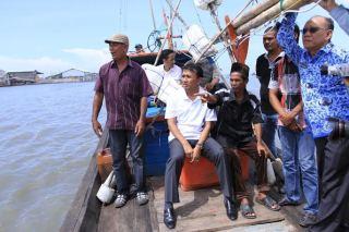 Kunjungan Gubernur Sumatera Utara ke Tempat Pelelangan Ikan Bagan Deli di Belawan, Medan, Kamis (17/4).  - (Foto: Sabiil/dakwatuna)