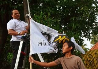 Caleg Dapil Jakarta 2 dari PKS, Hidayat Nur Warhid ikut membersihkan atribut kampanye, Ahad (6/4) - Foto: FPKS